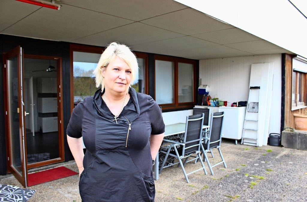 Die Stadt L.-E. will Monika Müller eine Box als Lagerraum auf ihre Dachterrasse stellen, und zwar vor die beiden rechten Fenster. Müller kann es nicht fassen. Foto: Caroline Holowiecki
