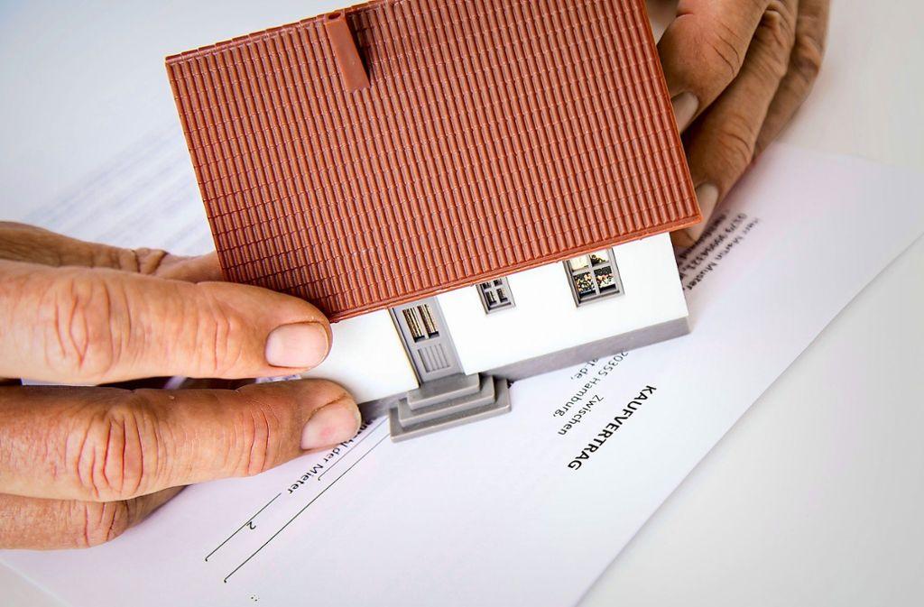 Der Kaufvertrag für eine Immobilie enthält wichtige Punkte. Käufer sollten sich genügend Zeit nehmen, die Unterlagen zu prüfen. Foto: dpa