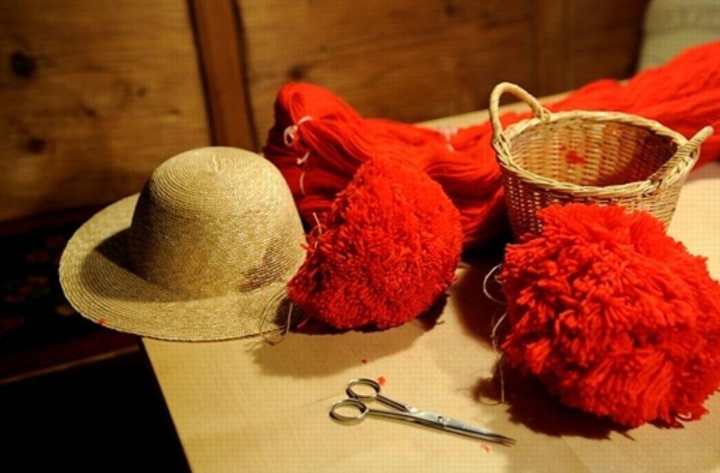 Das ist das Handwerkszeug: Wie aus einem Strohhut, roter Schafswolle und einer scharfen Schere ein traditioneller Bollenhut entsteht, zeigt uns in der folgenden Fotostrecke... Foto: Keller