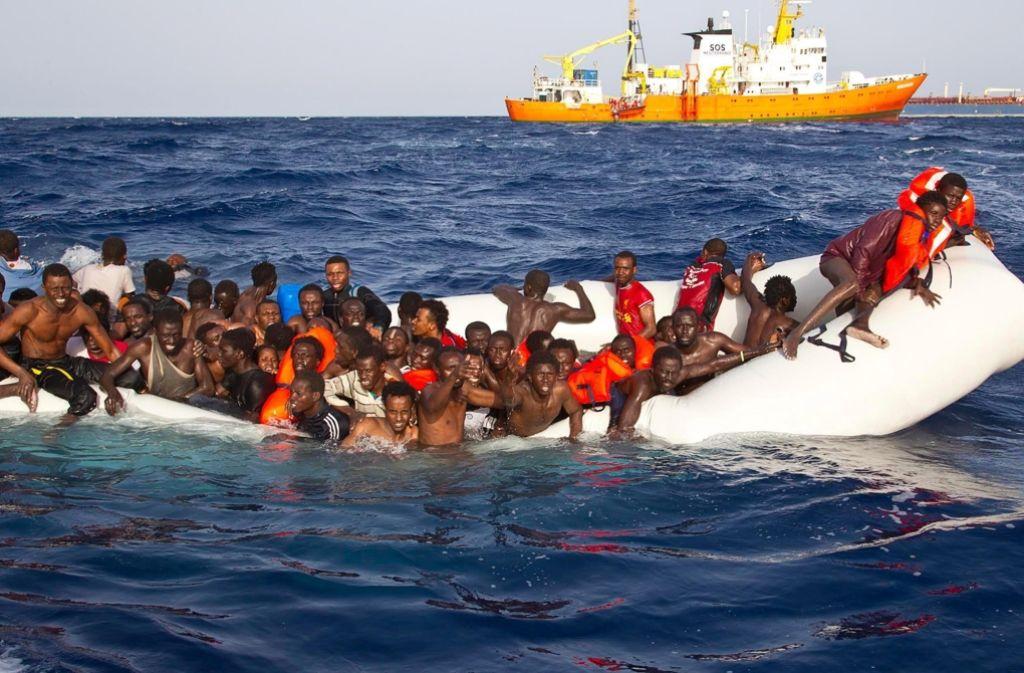 Flüchtlinge in einem sinkenden Schiff kurz vor ihrer Rettung. Foto: ONG SOS MEDITERRANEE
