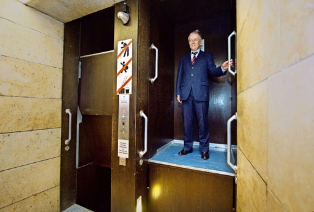 Auch für  Oberbürgermeister  Fritz Kuhn gibt es keine Ausnahme: Von Montag an darf niemand mehr mit dem Umlaufaufzug im Rathaus fahren. Foto: