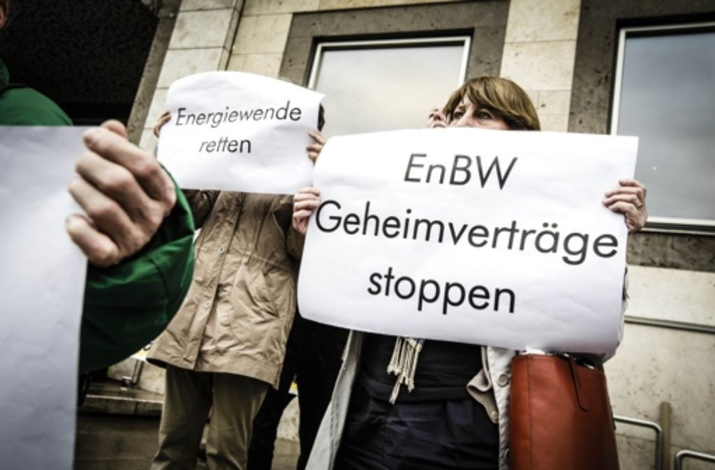 Vor dem Stuttgarter Rathaus demonstrieren Bürger gegen die neue Kooperation von EnBW und Stadtwerke. Foto: Lichtgut/Leif Piechowski