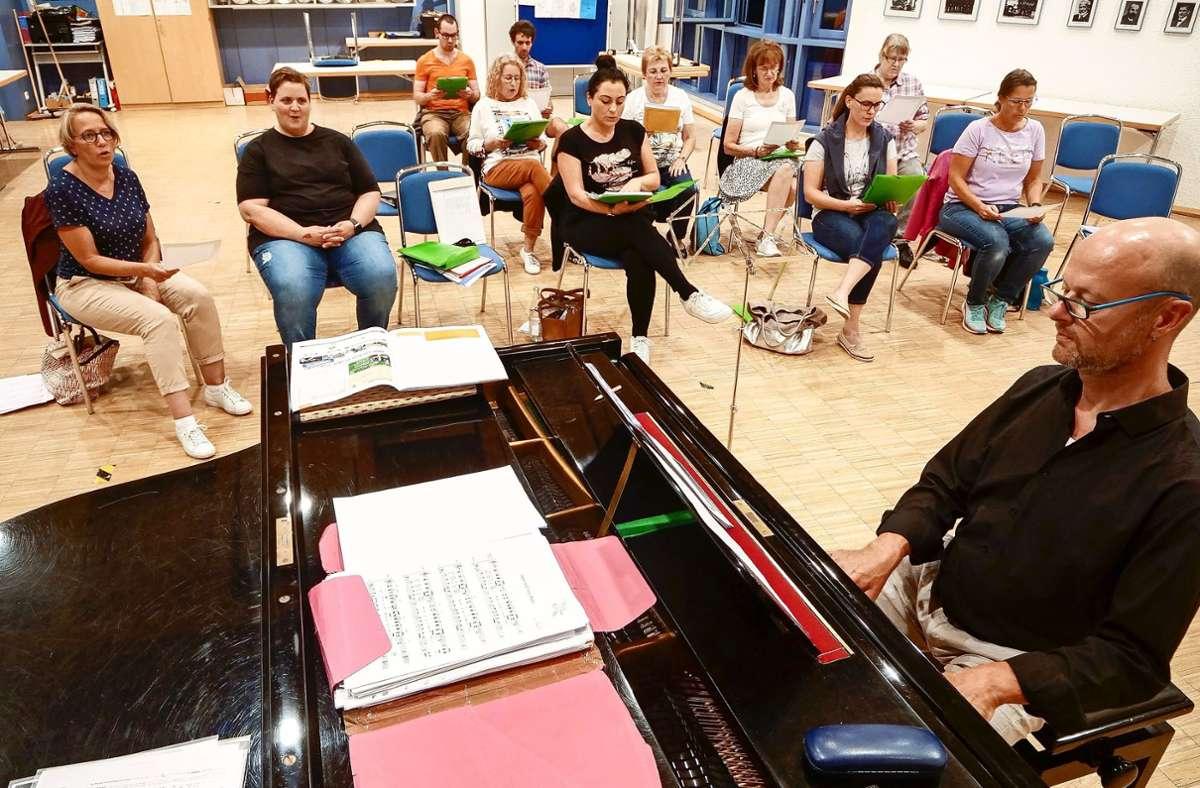 Christof Eßwein am Klavier leitet die Korntaler Young Voices. Der junge Chor wurde Anfang  2019 gegründet. Foto: Simon Granville
