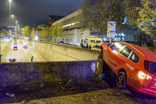 18-Jähriger hängt mit Auto über B14-Tunnel