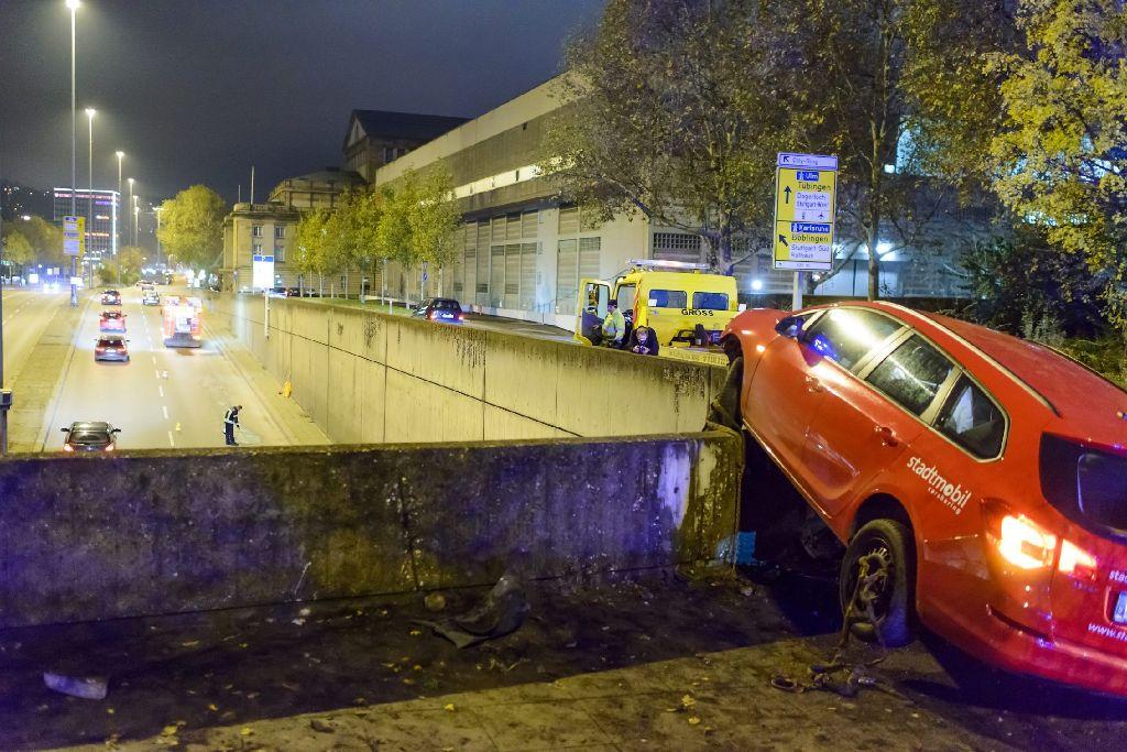 Bei einem Unfall am Freitagabend ist ein 18-Jähriger mit einem Stadtmobil-Opel am Gebhard-Müller-Platz auf die Brüstung über dem B14-Tunnel geschanzt und dort hängen geblieben. Foto: www.7aktuell.de   Oskar Eyb