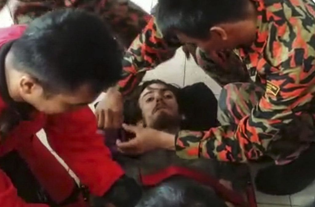 Andrew Gaskell wurde nach fast zwei Wochem vom malaysischen Rettungsdienst aus dem Dschungel geholt Foto: dpa