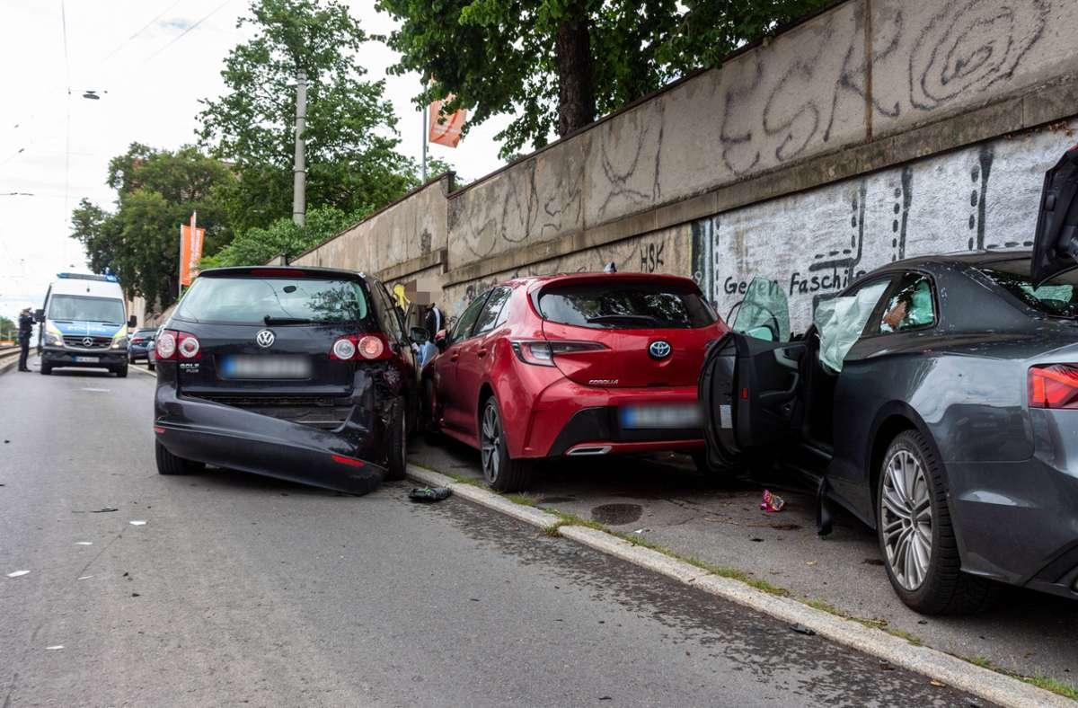 Die Unfallfahrzeuge wurden auf zwei weitere Autos aufgeschoben. Foto: 7aktuell.de/Max Kurrer