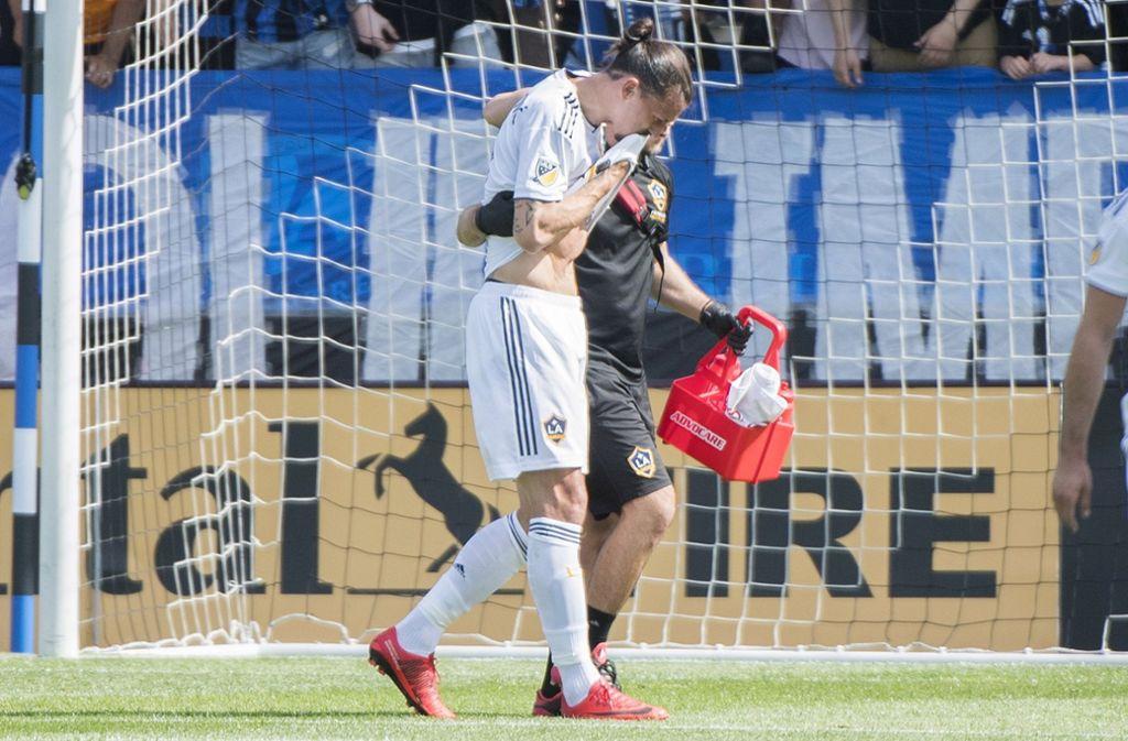 Ibrahimovic verlässt mit einem Betreuer den Platz. Foto: AP