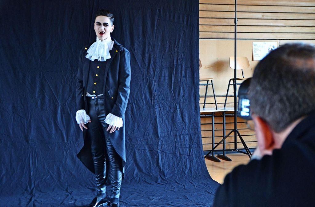 Thomas Witzke fotografiert Graf Dracula alias Ben Ujkani für das Plakat. Foto: Fatma Tetik
