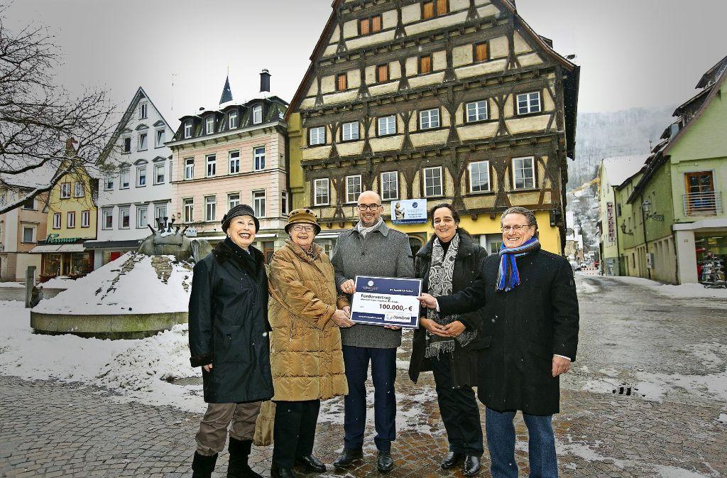 Vertreterinnen der Deutschen Stiftung Denkmalschutz und ein Gesandter der Toto-Lotto-Gesellschaft haben den Geislinger Oberbürgermeister Frank Dehmer beschenkt. Foto: Horst Rudel