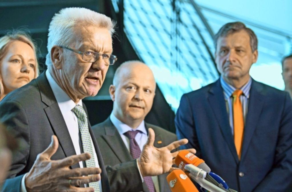 Ministerpräsident Winfried Kretschmann  begrüßt den FDP-Landeschef Michael Theurer und FDP-Fraktionschef Hans-Ulrich Rülke zu den Sondierungsgesprächen. Foto: dpa
