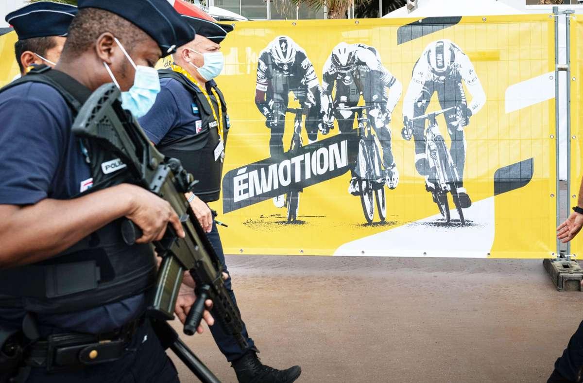 Abgeschirmt und streng überwacht: Die Tour de France sucht in Nizza nach den Emotionen, die sie sonst so auszeichnen. Foto: imago/Hans Lucas