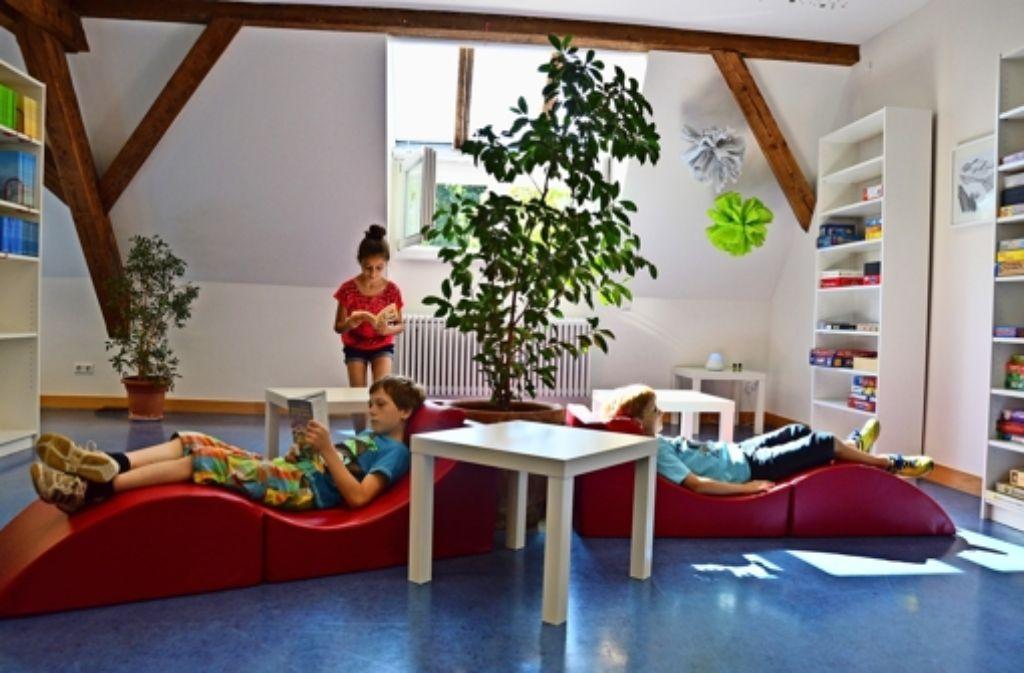 Ob mit oder ohne Buch in der Hand: die neue Bücherei der Heugsteigschule lädt zum Entspannen und zum Träumen ein. Foto: Lisa Wazulin