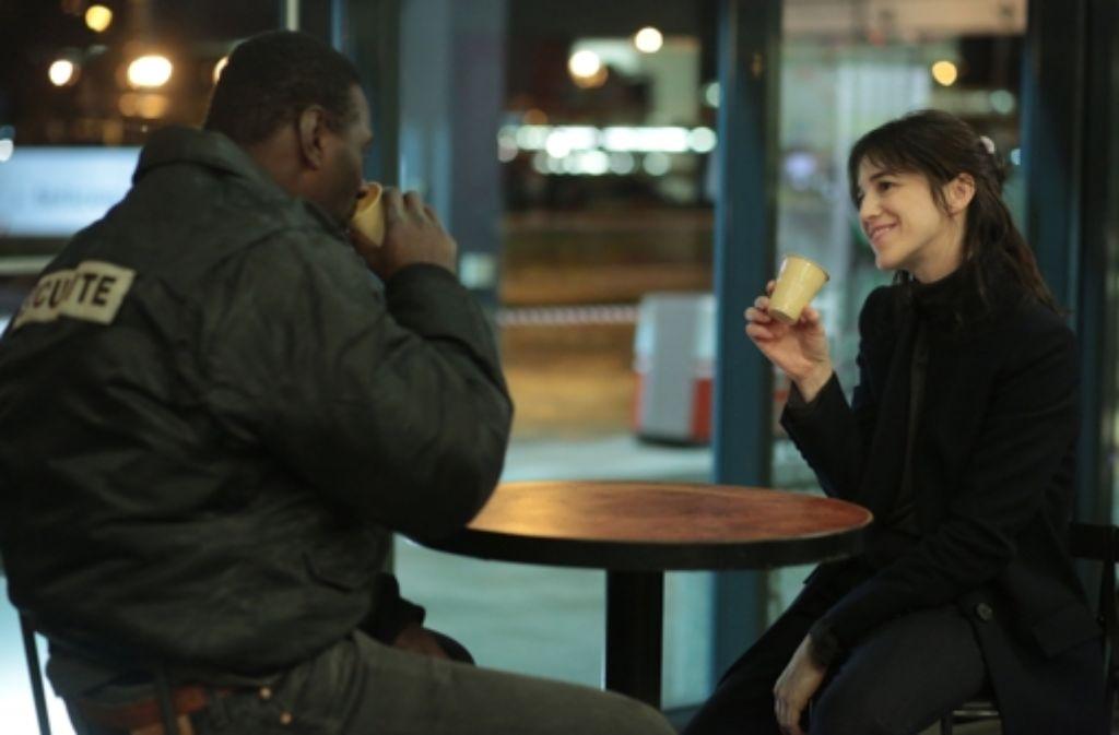 Der Asylbewerber Samba (Omar Sy) und die Karrierefrau Alice (Charlotte Gainsbourg) finden aus sehr verschiedenen Welten zueinander. Foto: Senator