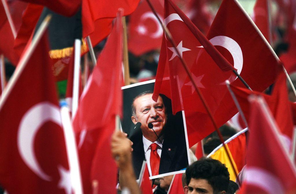 Ein Jahr nach dem Putsch in der Türkei: Kritik an der zunehmenden Willkür wehren Staatschef Recep Tayyip Erdogan und seine Anhänger mit dem Hinweis auf das demokratische Mandat des ersten direkt gewählten Präsidenten des Landes ab. Foto: dpa