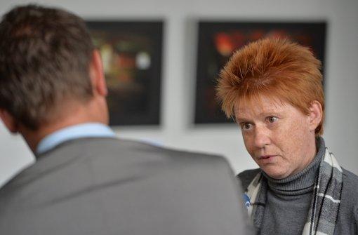 Petra Pau, Vizepräsidentin des Bundestags, unterhält sich mit einem Journalisten. Foto: dpa