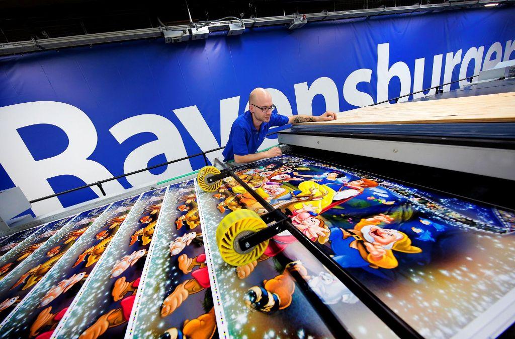 Das Familienunternehmen beschäftigt gut 2100 Mitarbeiter, die meisten am Stammsitz in Ravensburg. Im Bild: die Produktion von Schneewittchen-Puzzle-Kartons Foto: Ravensburger
