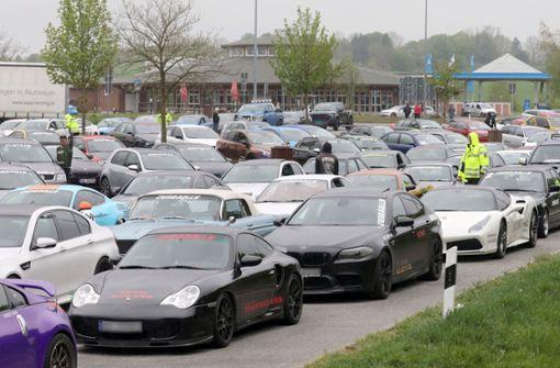 Mehr als 100 Sportwagen rasen mit 250 km/h über die Autobahn