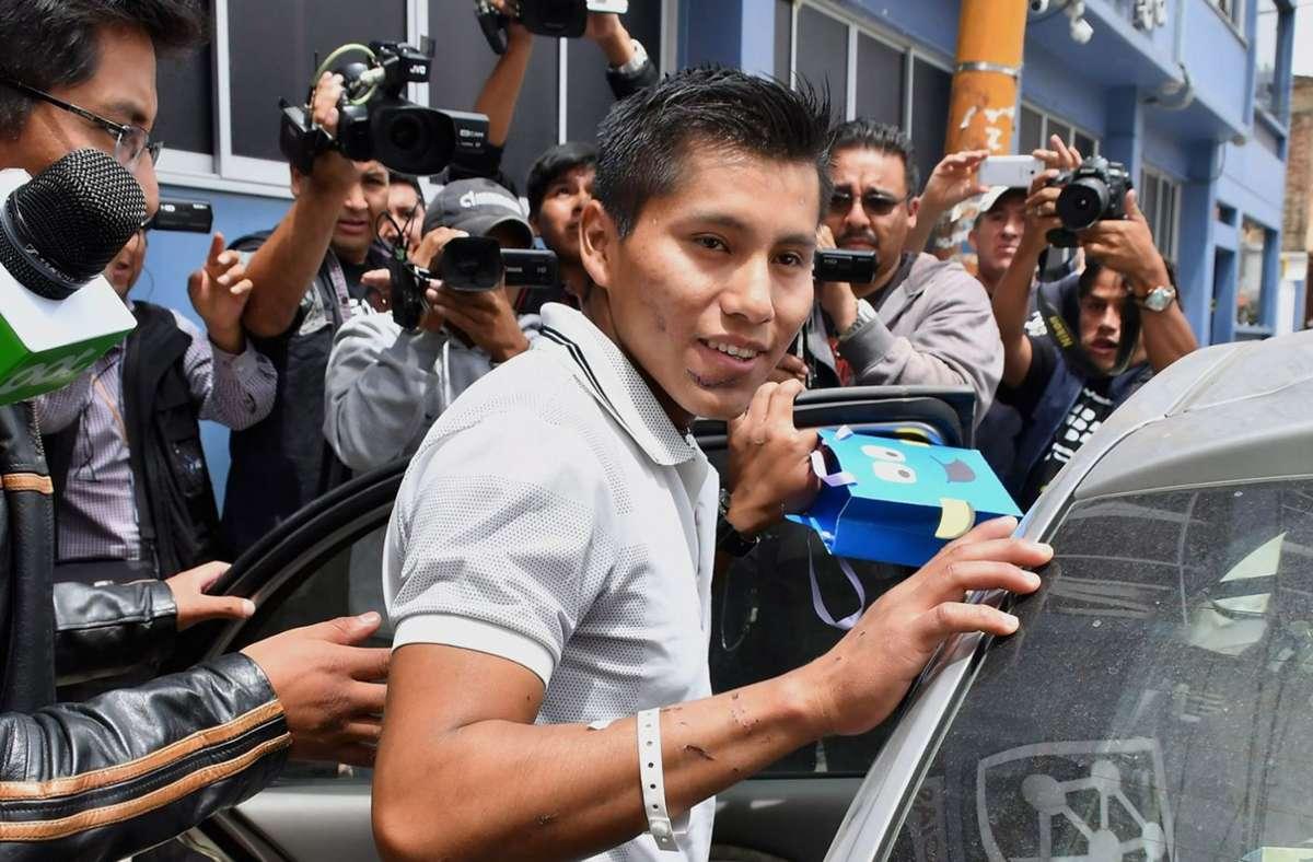 Erwin Tumiri (Mitte) verlässt das Krankenhaus im bolivianischen Cochabamba. Der  Überlebende des Flugzeugunglücks des brasilianischen Fußballvereins Chapecoense von 2016 ist dem Tod ein zweites Mal von der Schippe gesprungen.  J Foto: Jorge Abrego/EFE/dpa