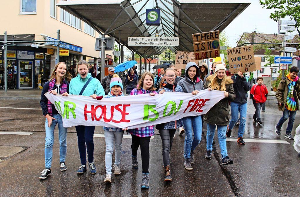 Um die 50 Teilnehmer sind zu der allerersten Fridays-for-Future-Demonstration im Stadtteil Bernhausen gekommen. Foto: Caroline Holowiecki