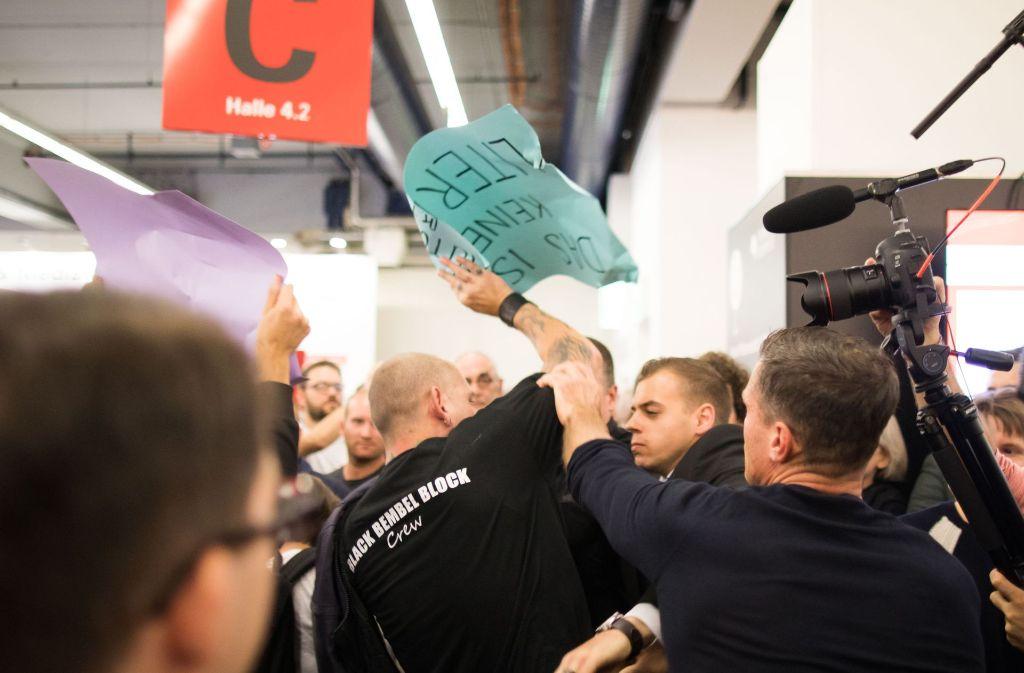 Demonstranten rangeln am 14.10.2017 auf der Buchmesse in Frankfurt am Main (Hessen), bei einer Lesung und Podiumsdiskussion mit Thüringens AfD-Landes- und Fraktionschef Höcke, mit Ordnern. Foto: dpa