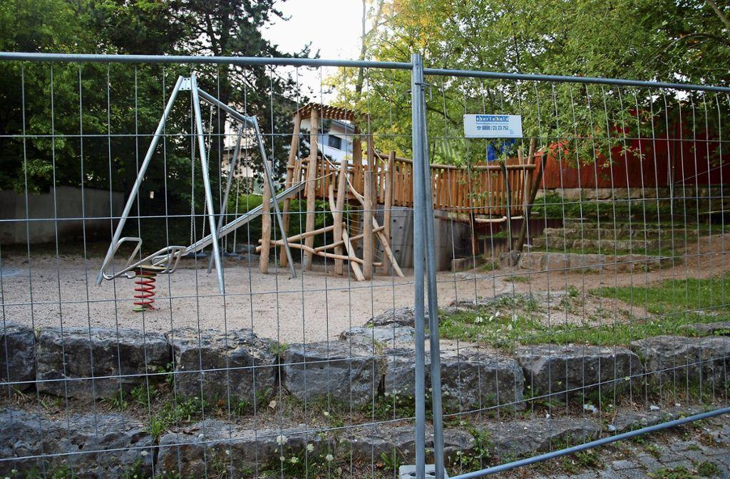 Ärgerlich: Noch ist der Spielplatz in der Luise-Benger-Straße gesperrt. Foto: Mathias Kuhn