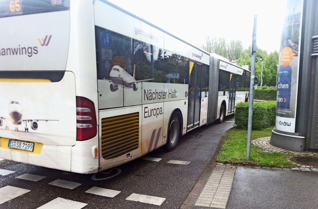 Nächster Halt: Flughafen. Wie viele werden den Bus nehmen und ihr Auto an einer Wohnstraße nahe einer Bushaltestelle parken? Foto: Archiv /Judith A. Sägesser