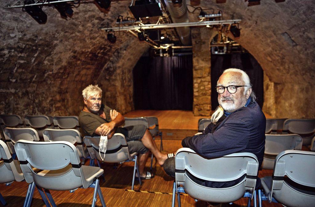 Mit nachdenklichen Mienen dokumentieren Herbert Häfele (links) und Erich Koslowski  die Abstandsregeln im Keller. Foto: Ines Rudel