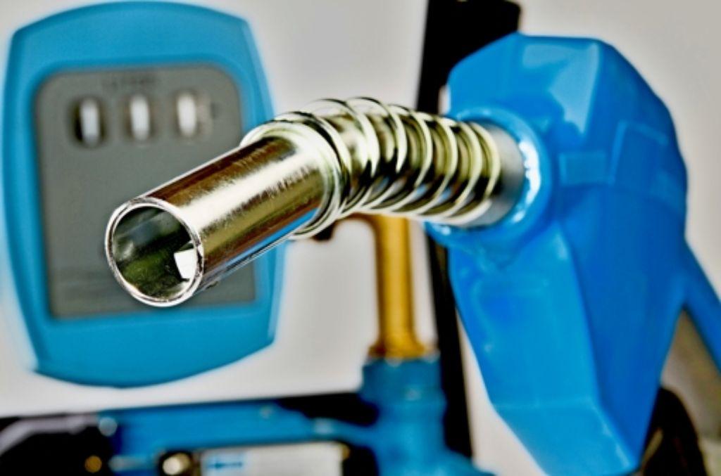 Mancher Autofahrer möchte wissen, was in seinem Tank landet. Foto: Mauritius