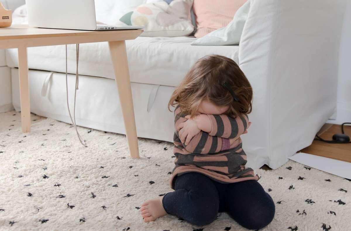 """Die Tochter unserer Leserin Annette Kuhls bekommt immer einen Tobsuchtsanfall, wenn sie nicht an die Laptop-Tastatur der Mutter darf. """"Es lässt sich keine E-Mail schreiben, geschweige denn arbeiten, wenn die Kleine dabei ist."""" Foto: Annette Kuhls"""