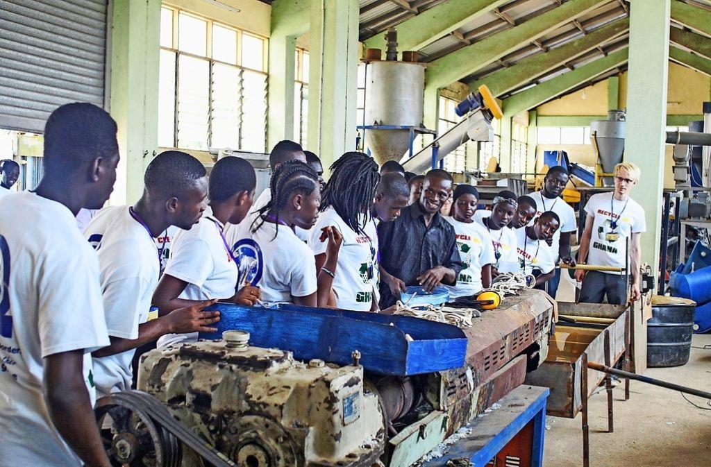 Teilnehmer des Recycling-Projekts lernen, wie man Müll wiederverwertbar machen kann Foto: StN