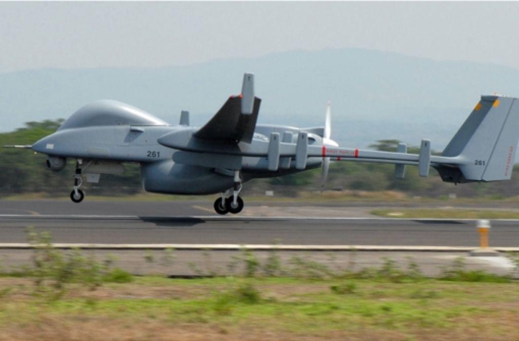 Waffenfähige Drohnen sollen bei der  Bundeswehr   zur Standardausrüstung werden. Dieses Foto zeigt die Heron TP, die als Aufklärungsdrohne gilt, möglicherweise aber auch bewaffnet fliegen kann. Foto: dpa