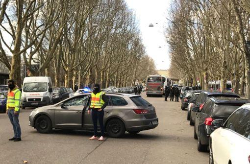 Polizei kontrolliert VfB-Ultras vor Abfahrt