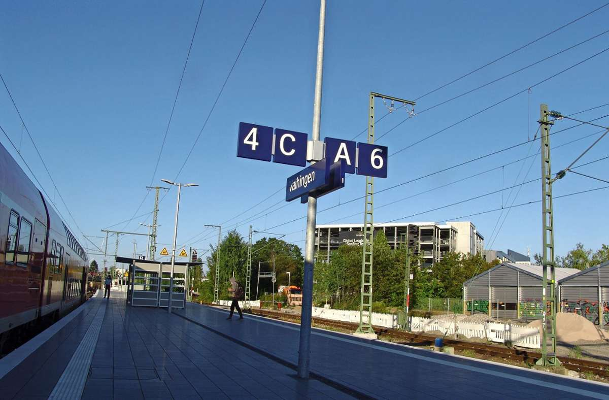 Hier geht es zu Gleis 4 und zu Gleis 6. Und wo bitte ist Gleis 5? Foto: Armin Friedl