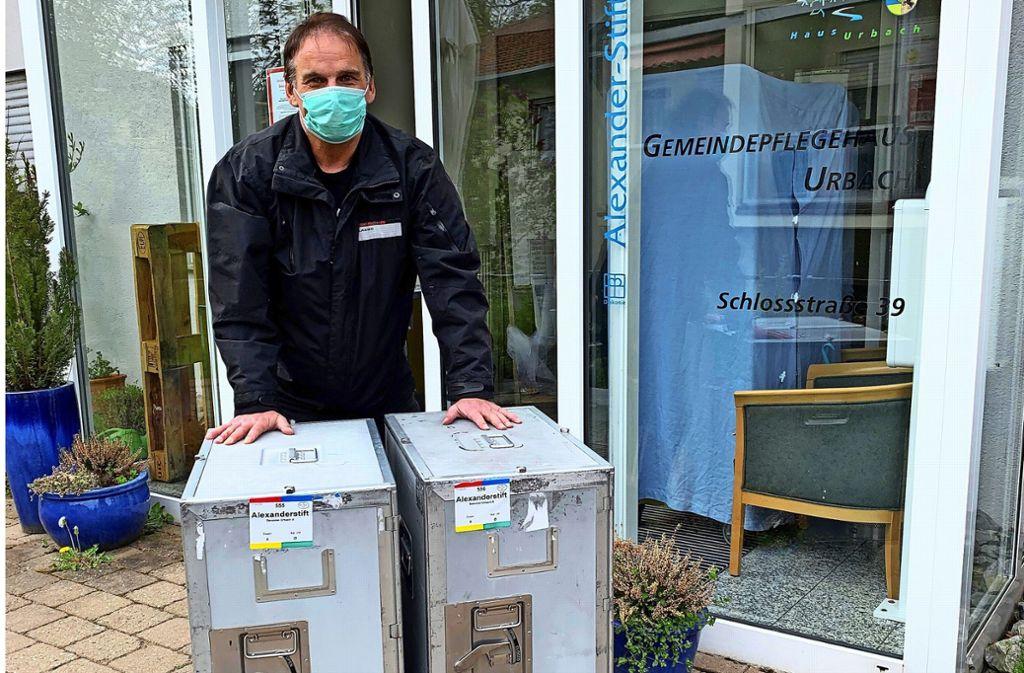 Ralf Schreiner liefert für die Diakonie Stetten   ehrenamtlich Essen aus. Foto: Diakonie Stetten