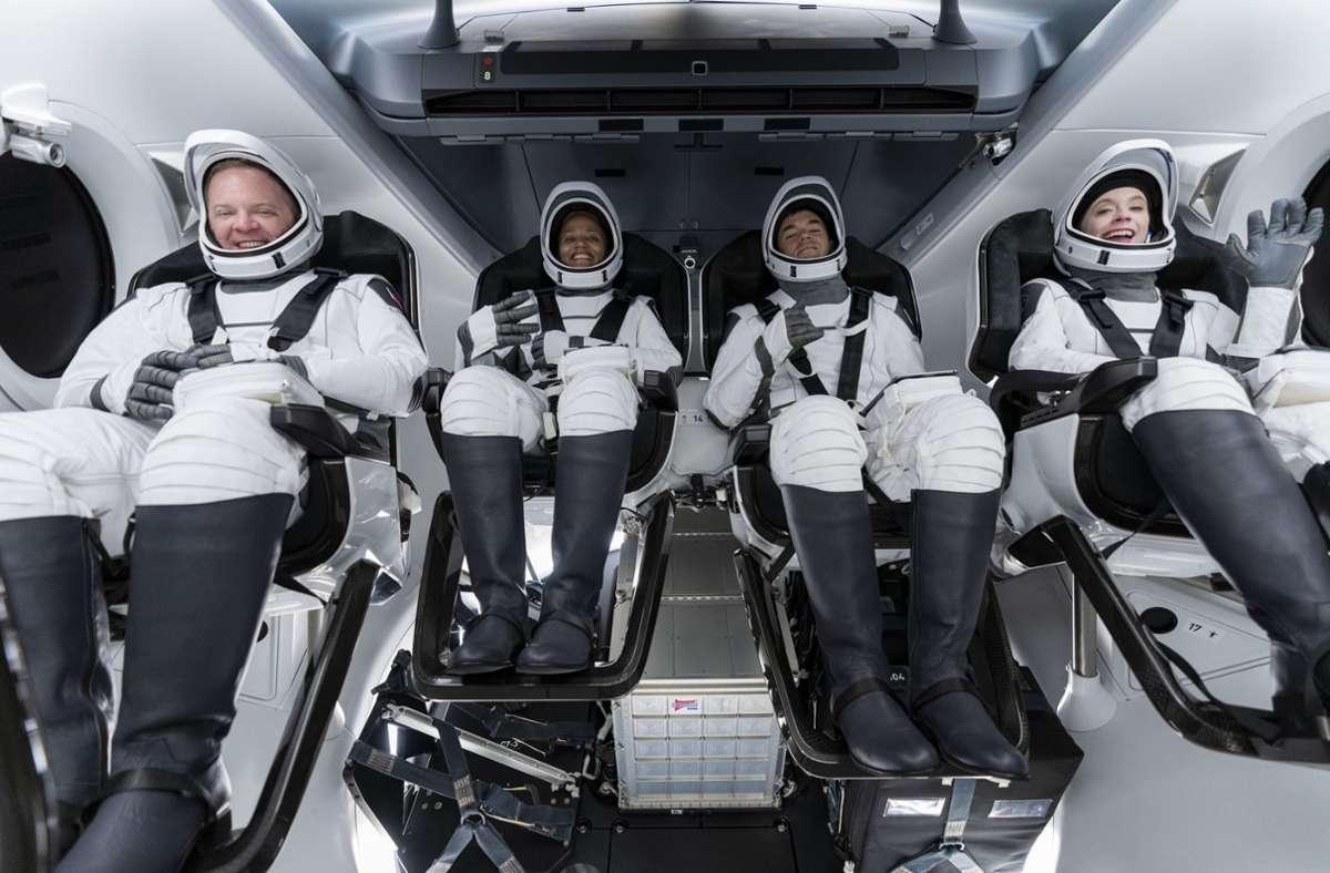 Von links: Chris Sembroski, Sian Proctor, Jared Isaacman und Hayley Arceneaux bei einer Probe – am Mittwoch wird es ernst. Foto: dpa