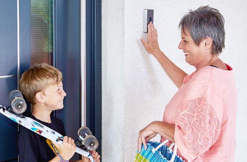 Mittels Fingerprint kann man die Haustür einfach und komfortabel mit dem Finger öffnen. Man profitiert von einem sicheren und schlüssellosen Zutritt zum eigenen Haus. Dies erleichtert viele Alltagssituationen, wie etwa den wöchentlichen Einkauf oder Sport im Freien.