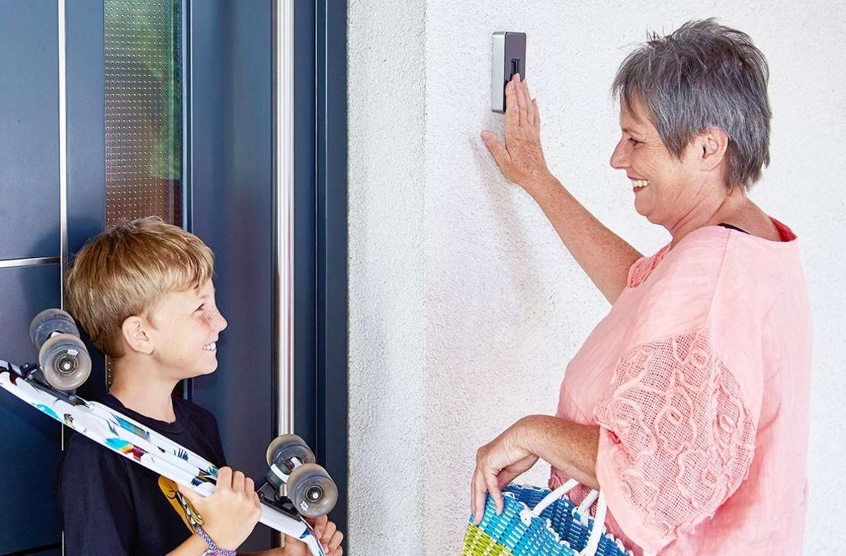 Mittels Fingerprint kann man die Haustür einfach und komfortabel mit dem Finger öffnen. Man profitiert von einem sicheren und schlüssellosen Zutritt zum eigenen Haus. Dies erleichtert viele Alltagssituationen, wie etwa den wöchentlichen Einkauf oder Sport im Freien. Foto: ekey biometric systems GmbH