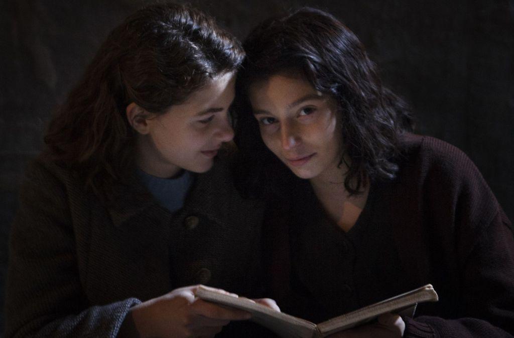 """Das sollte man gelesen haben: Elena Ferrantes neapolitanischer Roman-Zyklus """"Meine geniale Freundin"""" war eine der großen Erfolgsgeschichten, hier eine Szene aus der Serienadaption. Klicken Sie sich durch die sieben Romane, die bleiben werden. Foto: Eduardo Castaldo/Umedia"""