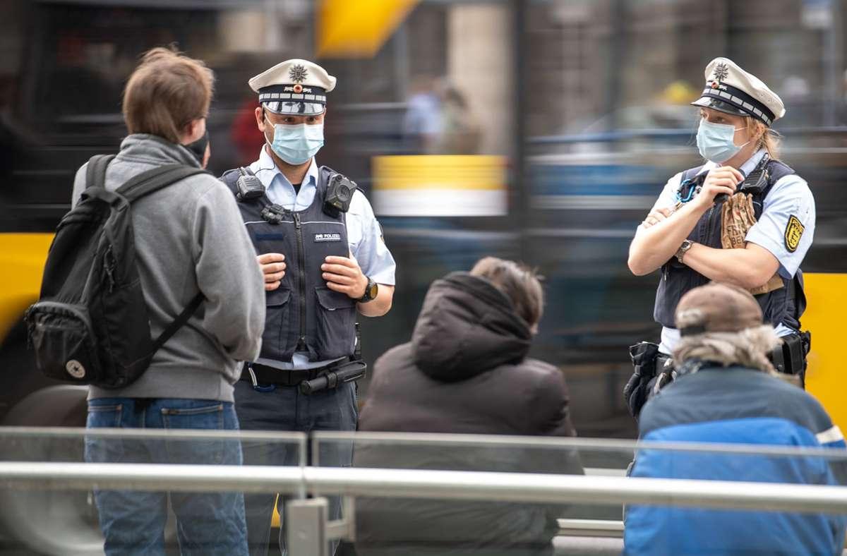 Die Polizei schreitet ein, wenn sich Menschen nicht an die Maskenpflicht halten. Foto: dpa/Sebastian Gollnow
