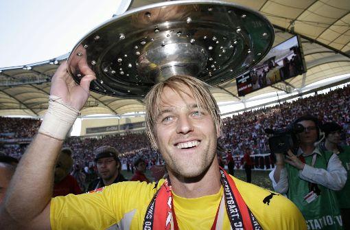 Vor rund zehn Jahren: der damalige VfB-Torhüter Timo Hildebrand mit der Meisterschale. Jetzt ist er für eine Benefiz-Aktion unterwegs. Foto: dpa