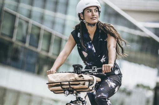 Zufriedenes Lächeln, genussvoller Ausflug - damit die Tour für den Rücken nicht zur Tortur wird, sollten Radfahrer ein paar Dinge beachten.