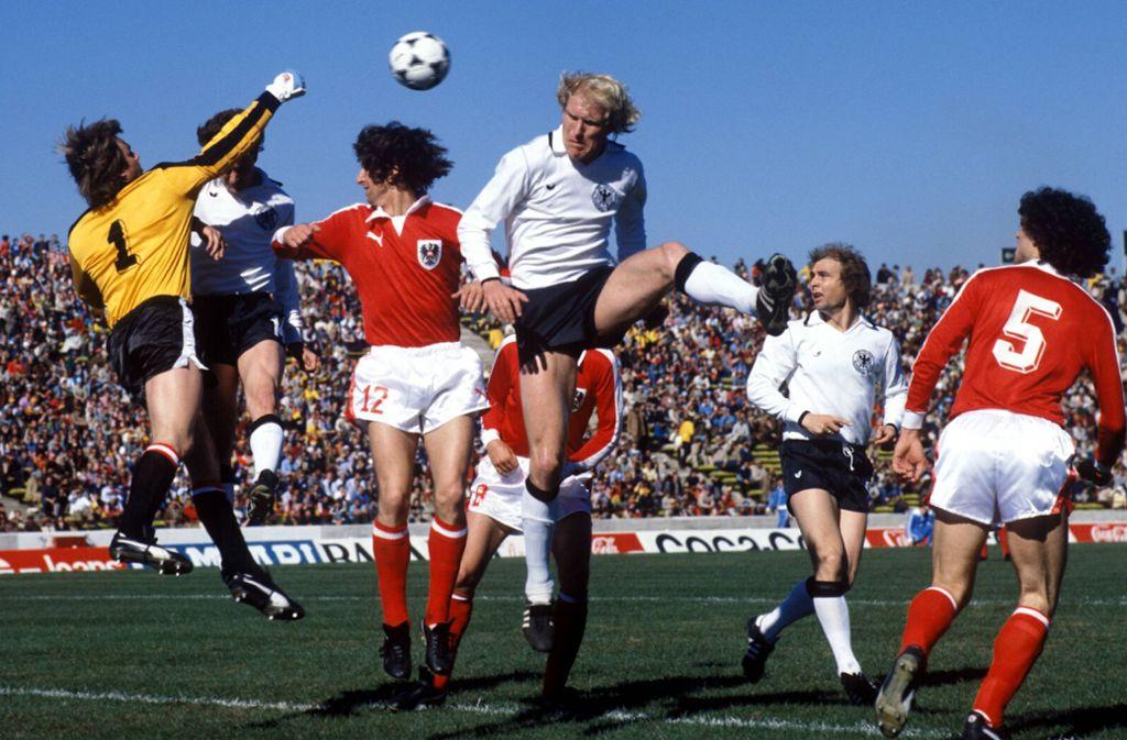 An das Spiel bei der WM 1978 erinnern sich die deutschen Fußball-Fans nicht mehr so gerne – es gab für den Titelverteidiger eine peinliche 2:3-Niederlage gegen die Österreicher. Rolf Rüssmann (Mi.) kommt nicht an den Ball. Foto: Baumann