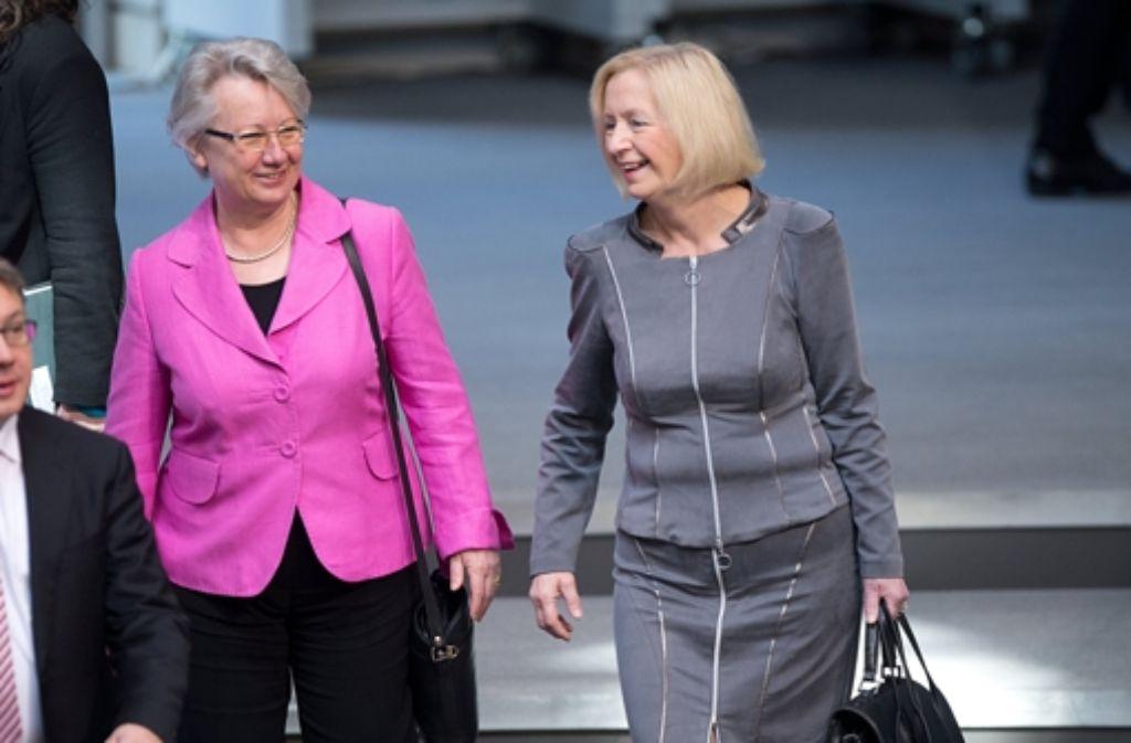 Während in Düsseldorf über ihren Doktortitel verhandelt wurde zeigte sich Annette Schavan   scheinbar gut gelaunt (links) mit ihrer Nachfolgerin Johanna Wanka im Bundestag. Foto: dpa