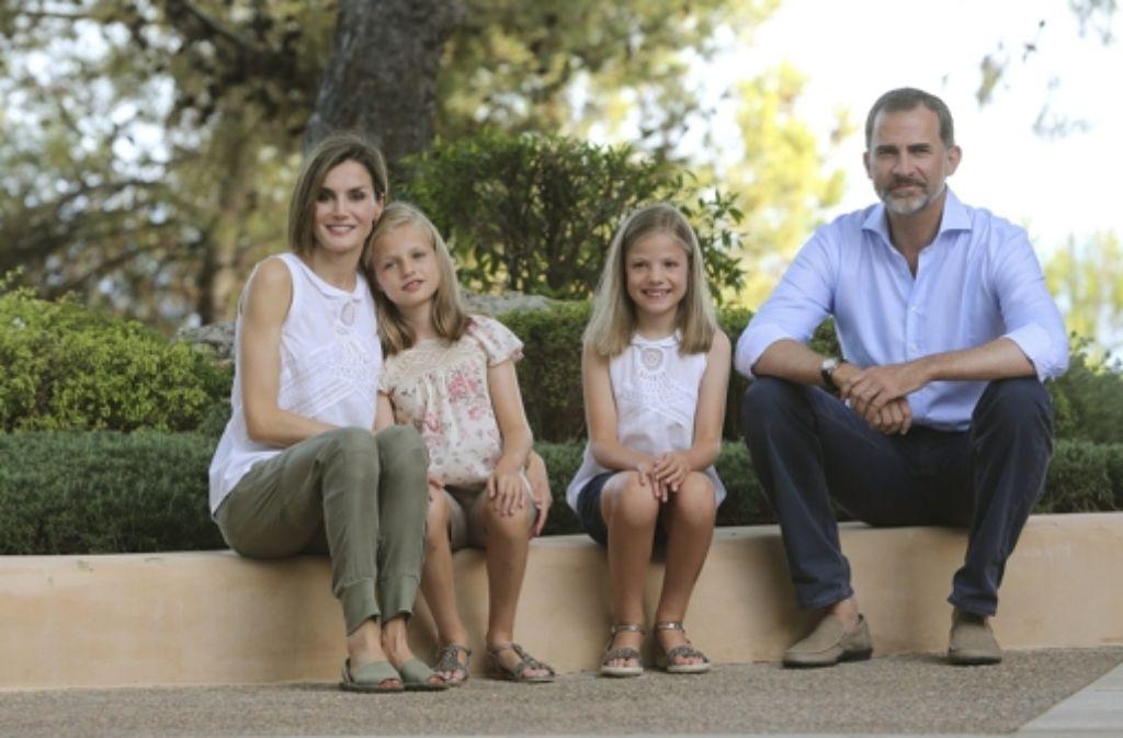 Die spanische Königsfamilie macht Urlaub auf Mallorca und hat die Presse zum Fototermin gebeten: Königin Letizia, ihr Mann Felipe und die Töchter Leonor (zweite von links) und Sofia erholen sich im Mariventpalast. Foto: dpa