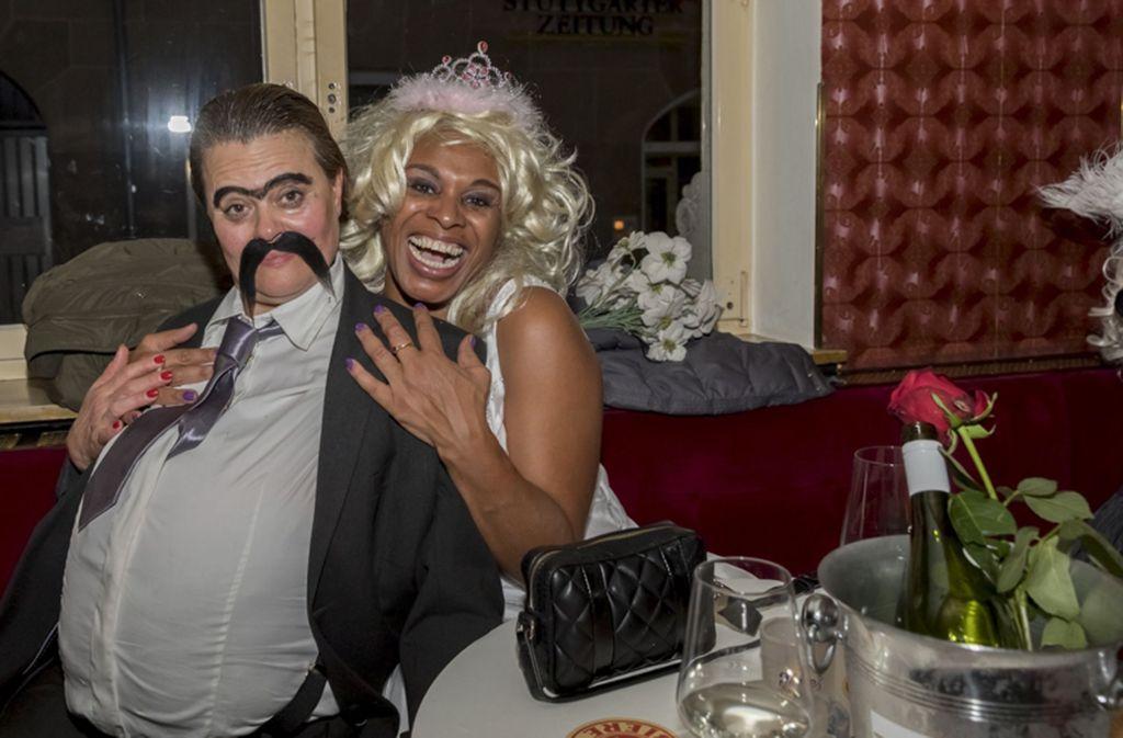 "Zwei zum Feiern fest entschlossene  Gäste bei der Party ""Filmriss am Rosenmontag"" in der Bar Mrs. Jones am Hans-im-Glück-Brunnen. Foto: Andreas Engelhard"