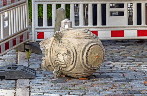 Kran stößt Hunderte Kilo schwere Steinvase von Kirchendach