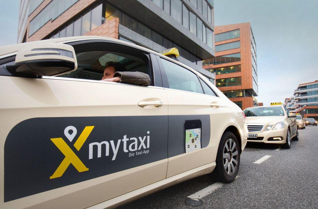 Die Rabattaktionen der Taxi-App Mytaxi sind den etablierten Taxizentralen ein Dorn im Auge. Im Bild: Autos vor der Hamburger Mytaxi-Zentrale. Foto: dpa