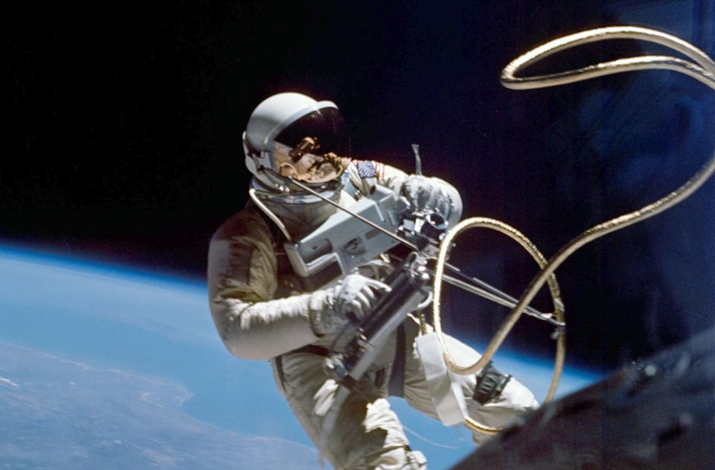 Der Astronaut Ed White schwebt 1965 als erster Amerikaner frei im All. Foto: NASA