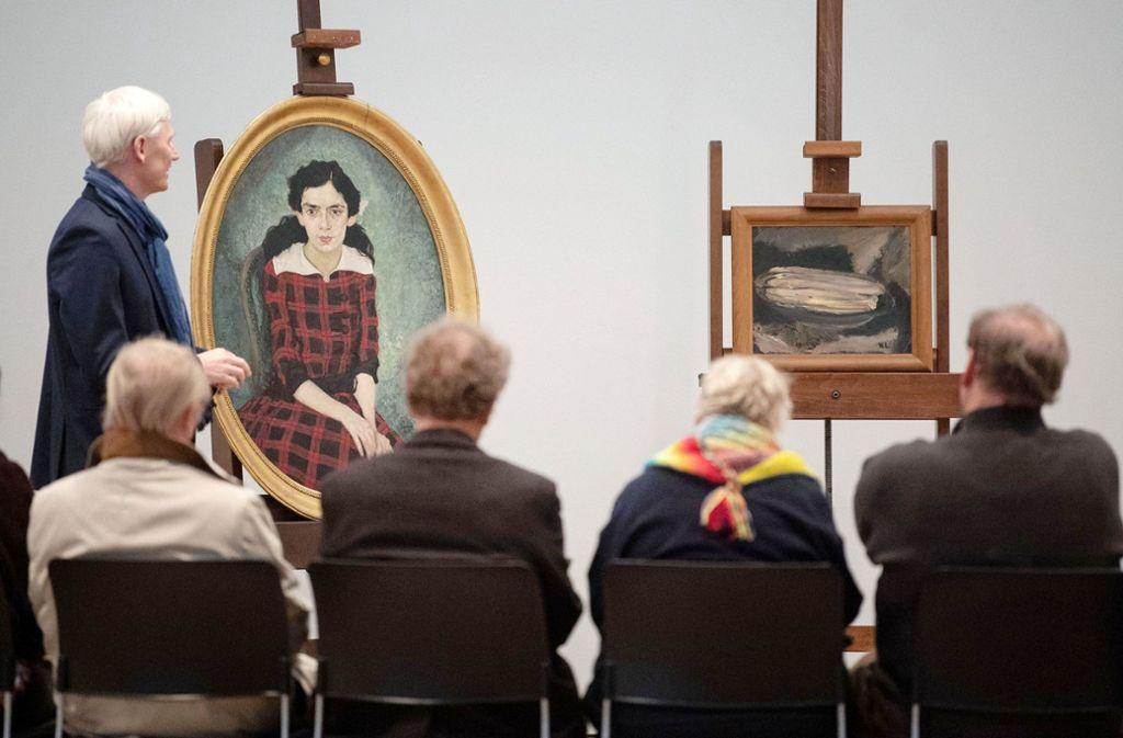 """Das Porträt """"Grete Marx"""" (l) von Bernhard Pankok aus dem Jahr 1915 und das Gemälde «Spargelstillleben» von Käthe Loewenthal aus dem Jahr 1941 stehen während einer Pressekonferenz im Kunstmuseum auf Staffeleien. Foto: dpa"""